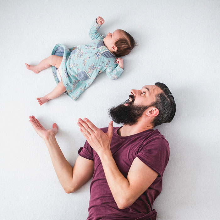 ------------------------------------dad-baby-girl-playful-photography-ania-waluda-michal-zawer-22