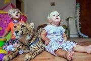 Νήπια μεγαλώνουν μαζί με τσιτάχ (βίντεο)