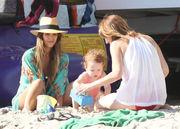 Τζέσικα Άλμπα: Με τις κόρες της στην παραλία! (φωτογραφίες)