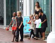 Το νέο τατουάζ της Αντζελίνα Τζολί και η βόλτα με τα παιδιά της