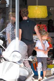 Γκουίνεθ Πάλτροου: Με τον γιο της και τον άντρα της για ψώνια και παγωτό!