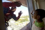 Καθαριστές τζαμιών ντύθηκαν σούπερ ήρωες για να κάνουν έκπληξη σε παιδιά που νοσηλεύονται!