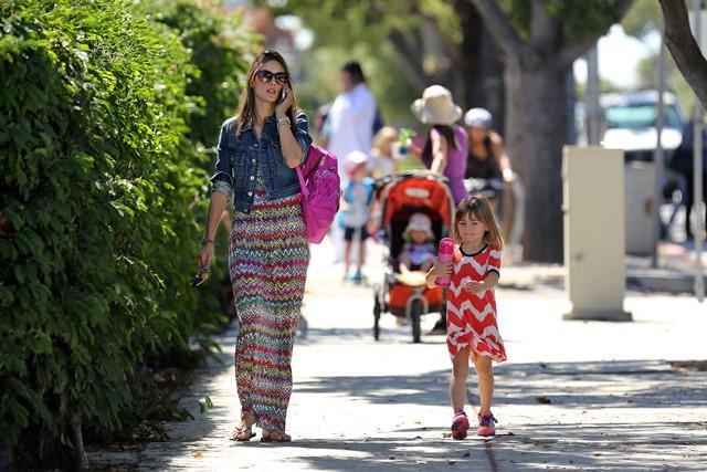 Βόλτα με την κόρη της η σέξι μαμά Αλεσάντρα Αμπρόσιο!