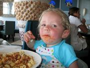 15 φωτογραφίες με μωρά που τους αρέσει να... «λούζονται» το φαγητό τους!