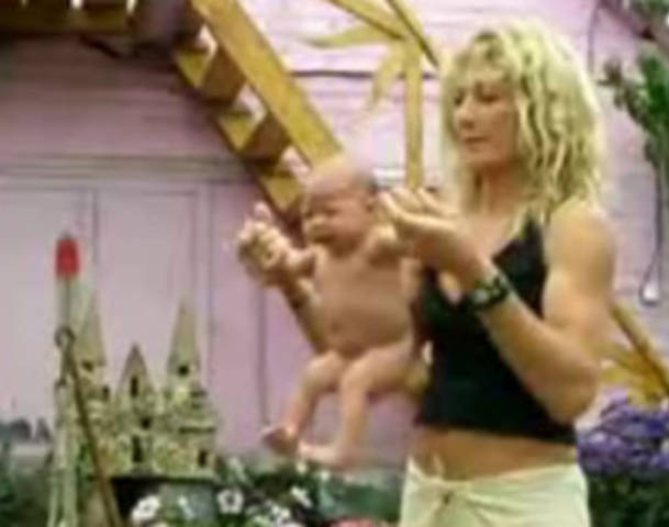 Γιόγκα για μωρά που… τρομάζει (βίντεο)