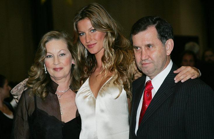 Η ομοιότητα με τη διάσημη καλλονή κόρη της, είναι παραπάνω από εμφανής! Καταλάβατε ποια μαμά είναι;