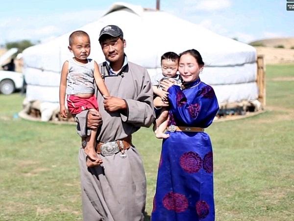 Ένα συγκινητικό βίντεο με νομάδες από τη Μογγολία που τους τραβάνε για πρώτη φορά φωτογραφία