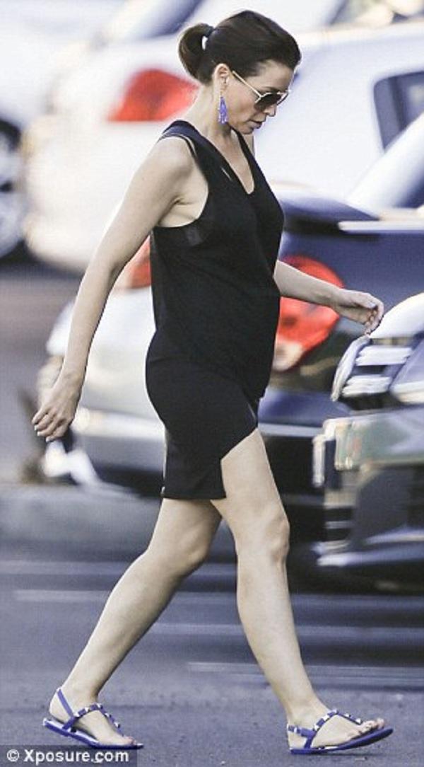 Είναι έγκυος! Φάνηκε η κοιλίτσα της μετά τις φήμες περί εγκυμοσύνης! (εικόνες)
