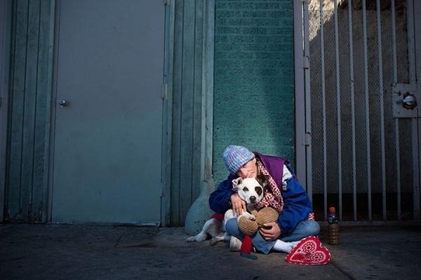 Συγκλονιστικό! Τα σκυλιά δεν αποχωρίζονται τα αφεντικά τους όταν αυτά βρεθούν χωρίς στέγη! (εικόνες)