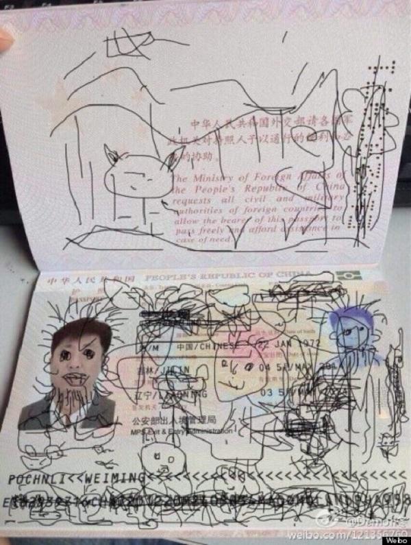 Ο άτακτος πιτσιρικάς ζωγράφισε στο διαβατήριο του πατέρα του κι εκείνος αποκλείστηκε στην Κορέα! (εικόνα)