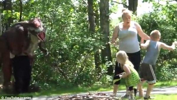 Περπατούσε στο πάρκο με τους γιους της και πετάχτηκε μπροστά της… ένας δεινόσαυρος! (βίντεο)