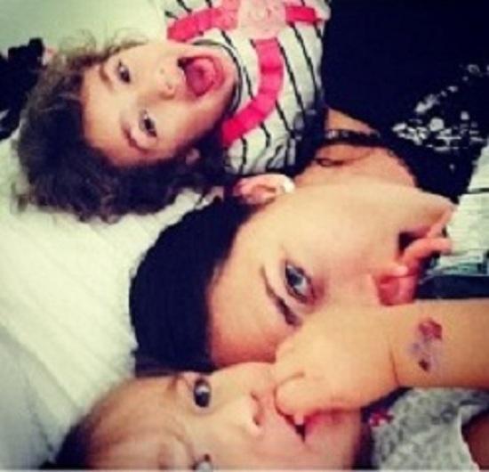 Η Αντριάνα Λίμα στο κρεβάτι με τις δύο μεγάλες της αγάπες! (εικόνα)