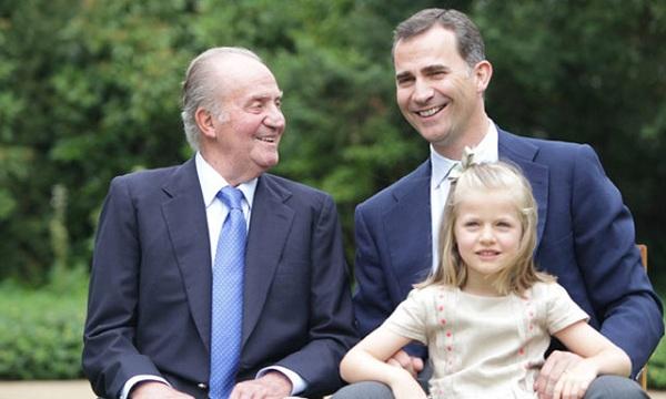 Το ξανθό κοριτσάκι με τα γαλάζια μάτια είναι η μικρότερη διάδοχος θρόνου της Ευρώπης! (εικόνες)