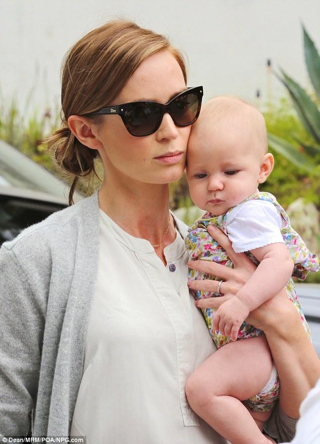 Εμιλυ Μπλαντ: πρώτη εμφάνιση με το μωράκι της αγκαλιά (φωτογραφίες)