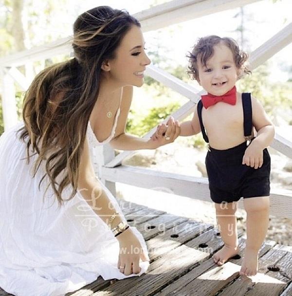 Μας δείχνει την ετοιμόγεννη φουσκωμένη της κοιλίτσα αγκαλιά με το παιδί της! (εικόνες)