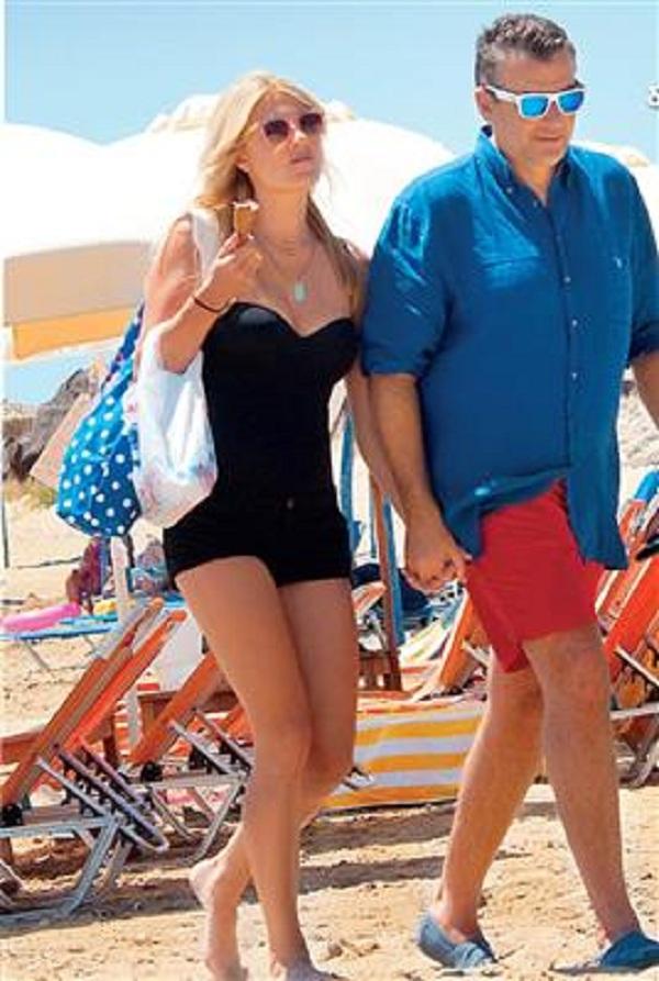 Δείτε την Φαίη Σκορδά και τον Γιώργο Λιάγκα πιασμένους χέρι-χέρι στην παραλία (εικόνες)