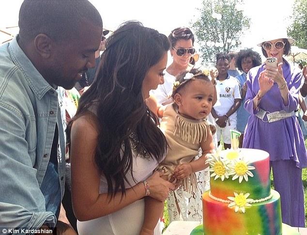 Δείτε πώς έντυσε η Κιμ Καρντάσιαν την κόρη της που είχε γενέθλια! (εικόνες)