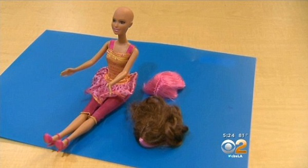 Γνωρίστε την φαλακρή Μπάρμπι! Μια κούκλα χωρίς μαλλιά για τα κοριτσάκια που πάσχουν από καρκίνο (φωτογραφίες-βίντεο)