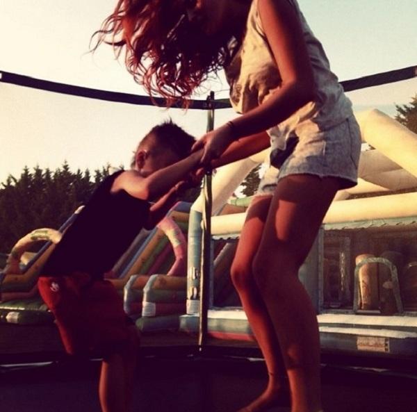 Δείτε την Σίσσυ Χρηστίδου πιο αδύνατη από ποτέ να παίζει με το γιο της! (εικόνα)