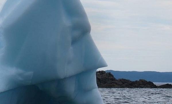 Κι όμως ένα παγόβουνο μοιάζει απίστευτα με τον Μπάτμαν! (εικόνα)
