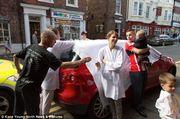 Αυτό δεν έχει ξανασυμβεί! Γέννησε η παράνυμφος μέσα στο αμάξι ενώ πήγαινε στο γάμο φίλης της (εικόνες)