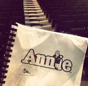 """Δείτε τη Βίκυ Καγιά στην φωτογράφιση για την αφίσα του μιούζικαλ """"Άννυ""""!"""