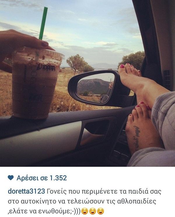 Δε θα πιστεύετε τι κάνει η Ντορέττα Παπαδημητρίου όσο περιμένει τα παιδιά της στο αμάξι! (εικόνα)