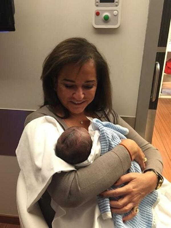 Ντόρα Μπακογιάννη: Η πρώτη φωτογραφία με το νεογέννητο εγγονό της! (εικόνα)