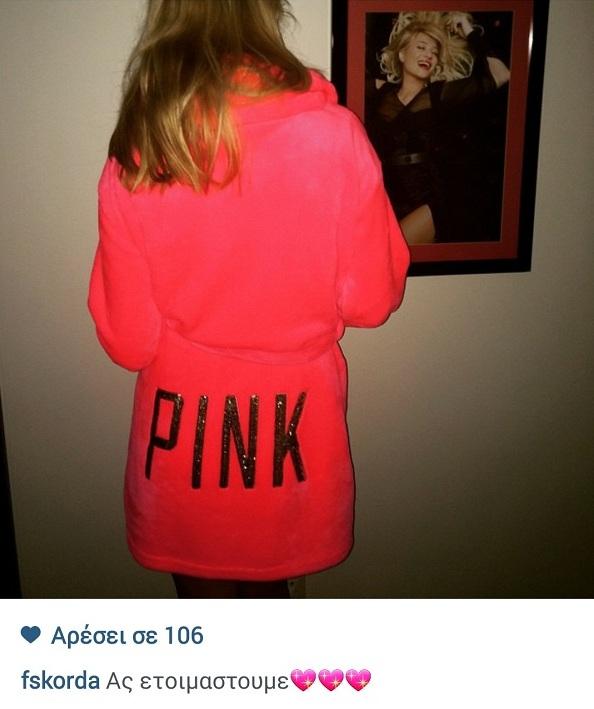 Φαίη Σκορδά: Δείτε τι φοράει λίγο πριν βγει έξω την Πρωτοχρονιά! (εικόνα)