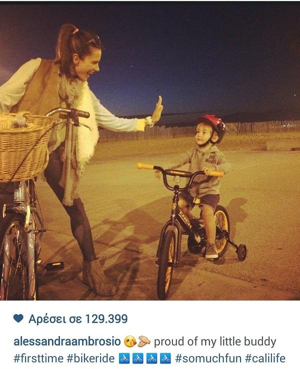 Η πρώτη του βόλτα με το ποδήλατο! Η διάσημη μαμά είναι περήφανη για το γιο της (εικόνα)