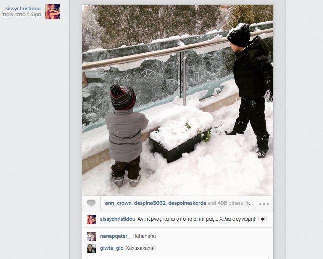 Σίσσυ Χρηστίδου: Οι γιοι της απολαμβάνουν το χιόνι στο μπαλκόνι του σπιτιού τους! (εικόνα)