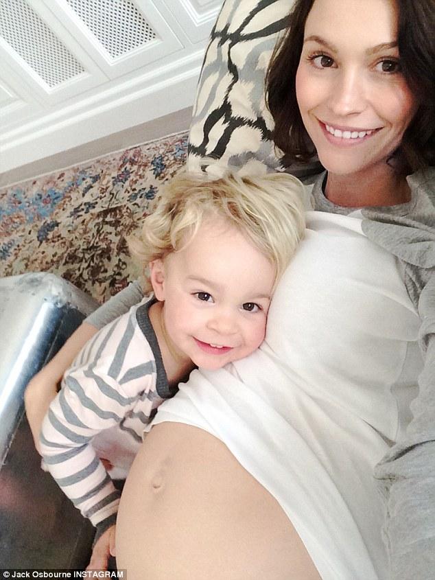 Ανακοίνωσε τη δεύτερη εγκυμοσύνη της ποστάροντας μία φωτογραφία με τη φουσκωμένη κοιλίτσα! (εικόνες)
