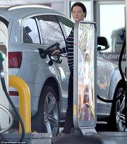 Την τσακώσαμε να βάζει βενζίνη στο αυτοκίνητο, λίγο καιρό μετά την ανακοίνωση της εγκυμοσύνης της! (εικόνες)