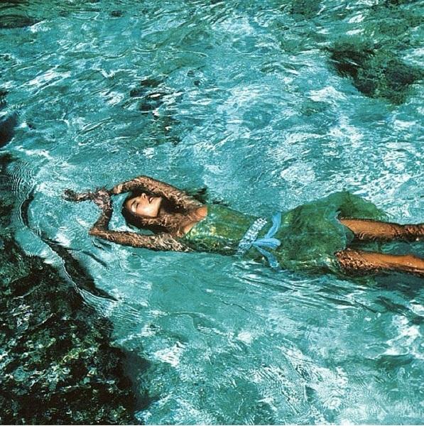 Πασίγνωστη μαμά έπεσε στη θάλασσα με τα ρούχα! (εικόνα)