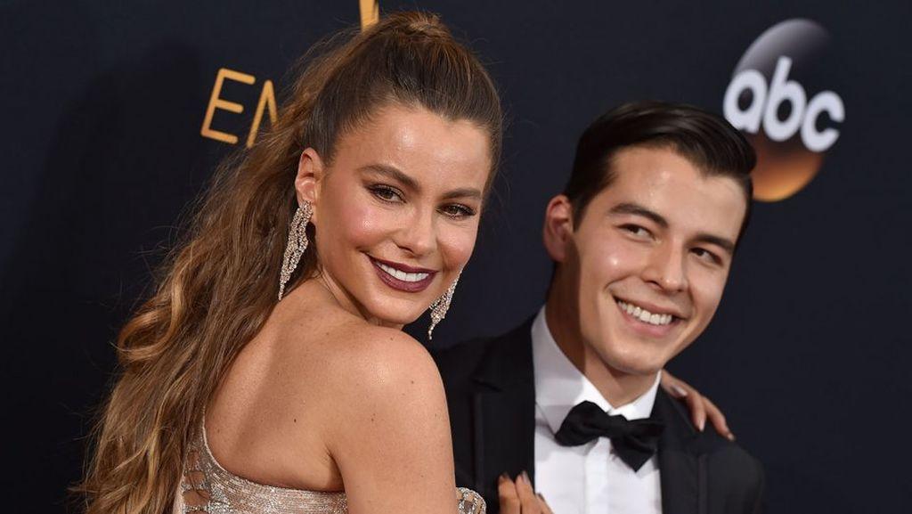 Η Sofia Vergara σε ηλικία μόλις 19 χρόνων έφερε στον κόσμο το γιο της, Manolo, καρπό του σχολικού της έρωτα, Joe Gonzalez, όμως, χώρισαν έναν χρόνο μετά τη γέννηση του παιδιού
