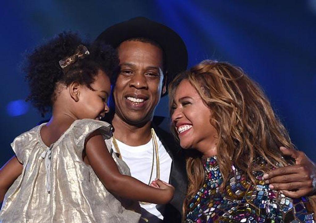 Από τη λίστα δε θα μπορούσε να λείπει η Beyonce, και ο σύζυγός της Jay Z, οι οποίοι ξόδεψαν 200.000 δολάρια στα πρώτα γενέθλια της Blue Ivy. Ολόκληρη ζούγκλα έστησαν στους κήπους της έπαυλης τους, που τους κόστισε.