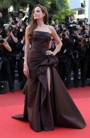 Angelina Jolie  Η γνωστή ηθοποιός και ο πρώην σύζυγός της Brand Pitt, απέκτησαν κατά τη διάρκεια του γάμου τους τα δίδυμα Knox και Vivienne. Τα μωρά όμως, ήρθαν στον κόσμο νωρίτερα απ' ό,τι περίμεναν.