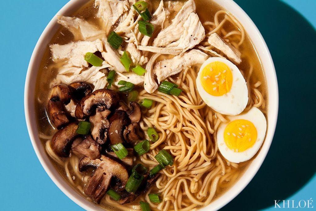 Η συνταγή της Khloe Kardashian που κάνει θραύση: Noodles με κοτόπουλο και μανιτάρια