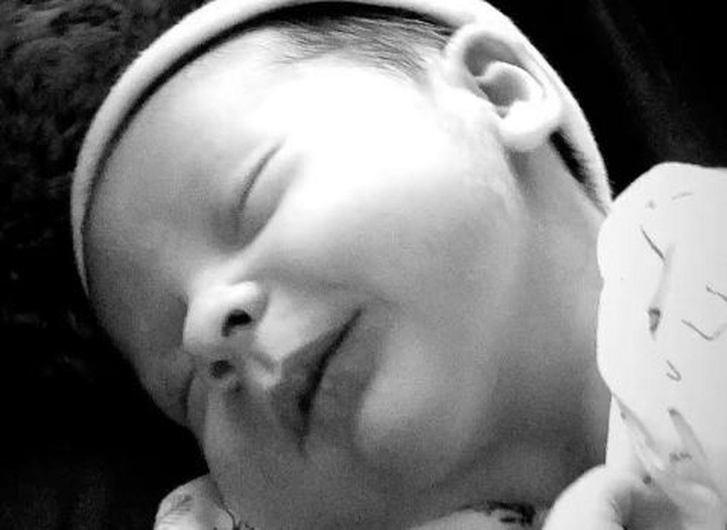 Γνωστή τραγουδίστρια δημοσίευσε βίντεο με το πρώτο χαμόγελο του νεογέννητου γιους της