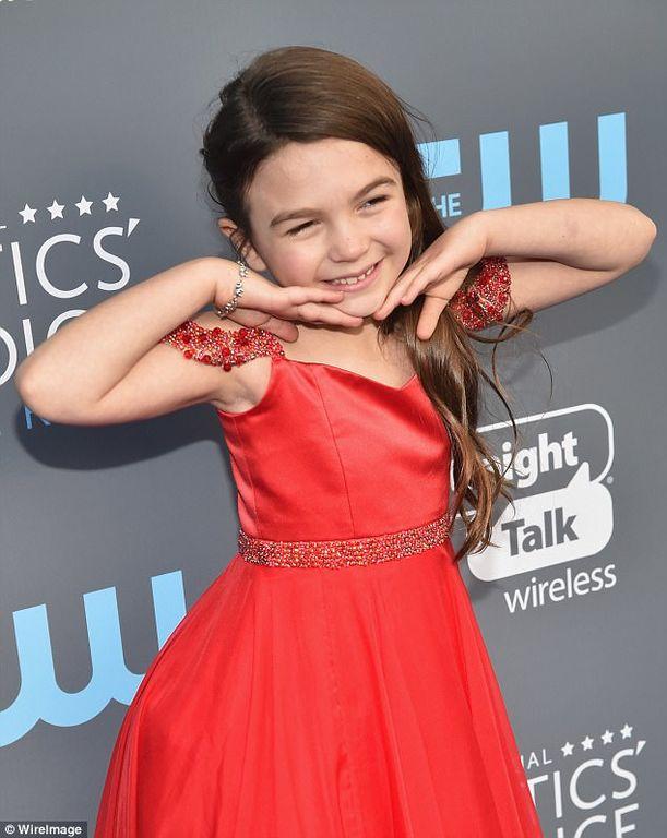 Διπλή συγκίνηση για την 9χρονη ηθοποιό: Κέρδισε βραβείο και συνάντησε το είδωλό της, Angelina Jolie