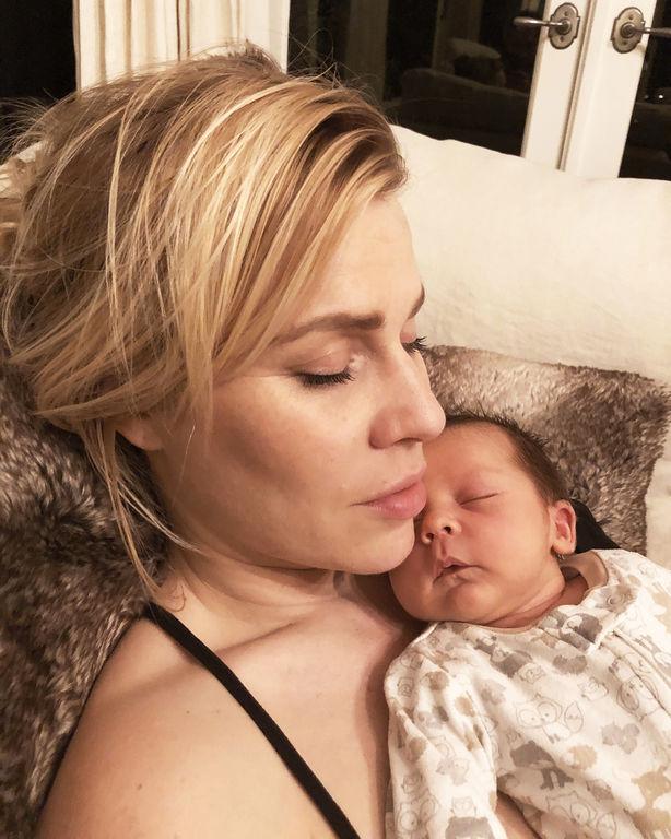 Διάσημη τραγουδίστρια χουζουρεύει αγκαλιά με τον νεογέννητο γιο της