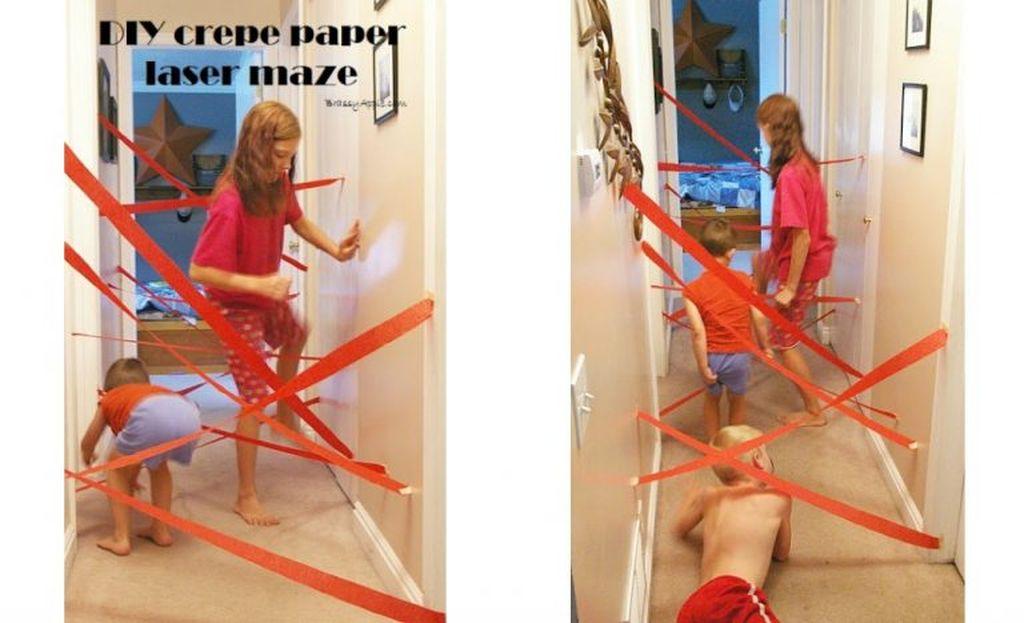 4. Κορδέλες λέιζερ -   Αυτό και αν είναι διασκεδαστικό παιχνίδι και μάλιστα πολύ απλό. Κολλήστε στο χολ του σπιτιού σας κορδέλες έτσι όπως βλέπετε στη φωτογραφία και ζητήστε από τα παιδιά σας να περάσουν, χωρίς να ακουμπήσουν τις κορδέλες. Δεν μπορείτε να φανταστείτε πόσες ώρες θα παίζουν και μάλιστα χωρίς να σας ενοχλήσουν!