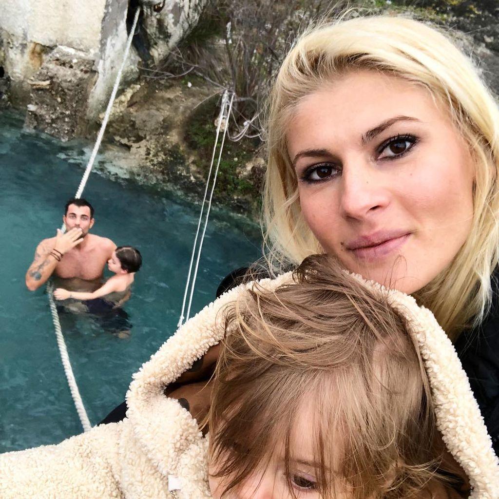 Έλληνας παρουσιαστής πέρασε την Καθαρά Δευτέρα στα Λουτρά Θερμοπύλων με την οικογένειά του (pics)