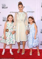 Sarah Jessica Parker: Έκανε την πιο στιλάτη δημόσια εμφάνιση με τις κόρες της & τα φλας πήραν φωτιά