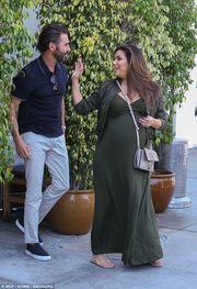 Δείτε τι κάνει με το σύζυγό της, λίγο πριν μπει στο μαιευτήριο για να γεννήσει (pics)