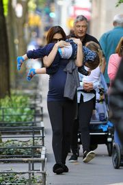Τι κι αν είναι έγκυος στο τέταρτο παιδί - Έχει αγκαλιά το γιο της παίζοντας μαζί του