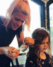 """Η Busy Philipps αποτύπωσε τον πανικό που της προκάλεσε μια τσίχλα στα μαλλιά της κόρης της """"Ωραίο να παίζουμε μαζί αρκεί να μη συμβαίνουν αυτά!"""" έγραψε στη δημοσίευσή της."""