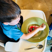 Ο γιός της Carrie Underwood φαίνεται ιδιαίτερα αφοσιωμένος στον στολισμό των μπισκότων που έφτιαξε μαζί με τη μαμά του. Άλλη μια διάσημη μητέρα που μαγειρέυει στο παιδί της, μαζί του.