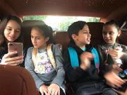 Στο δρόμο για το σχολείο απαθανατίστηκαν τα παιδιά της Jennifer Lopez με τους φίλους τους απο την ίδια τη μαμά τους. Φαίνεται πως η ίδια η τραγουδίστρια αναλαμβάνει την μεταφορά τους.