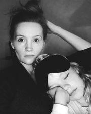 Αγκαλιά με το μεγαλύτερο απο τα τέσσερα παιδιά της απαθανατίστηκε η Kimberly Van Der Beek στον καναπέ του σπιτιού τους. Η πολυάσχολη μαμά περιμένει το 5ο της μωράκι και κάτι μας λέει ότι είναι ήδη κουρασμένη.